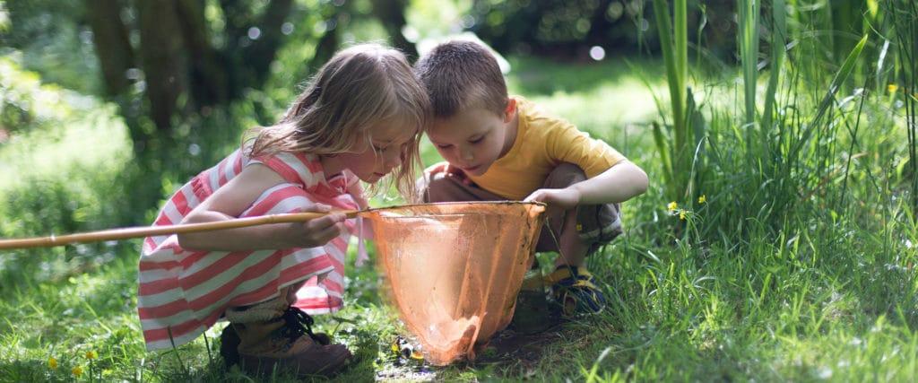 Børns leg er livsvigtig Sammen med deres mulighed for deltagelse i sunde børnefællesskaber.